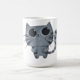 Gato gris lindo con los ojos morados grandes tazas de café