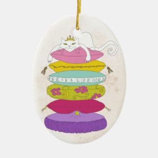 Gato gruñón de la princesa y los dibujos animados adorno navideño ovalado de cerámica