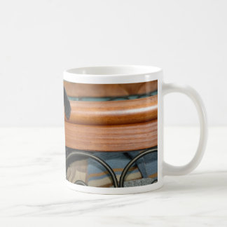 Gato-hangin adentro allí taza de café