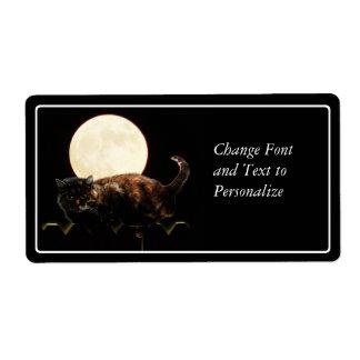 Gato iluminado por la luna en una cerca con la Lun Etiqueta De Envío