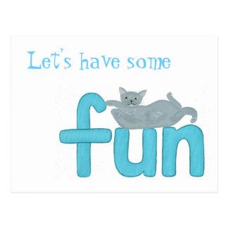 Gato juguetón que pone en la diversión de la tarjetas postales