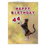 Gato juguetón y 44.os globos del feliz cumpleaños tarjeta
