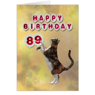 Gato juguetón y 89.os globos del feliz cumpleaños tarjeta de felicitación