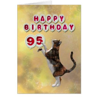 Gato juguetón y 95.os globos del feliz cumpleaños