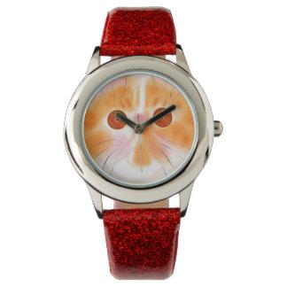 Gato lindo con el reloj del collar del corazón