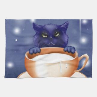Gato lindo con leche toalla de cocina