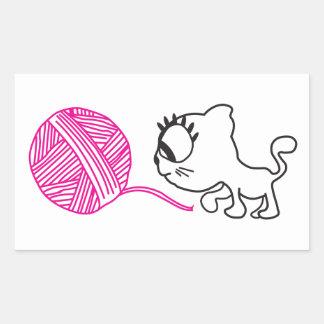 Gato lindo con una bola de lanas pegatina rectangular