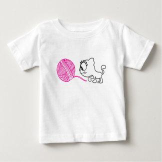 Gato lindo con una bola de lanas polera