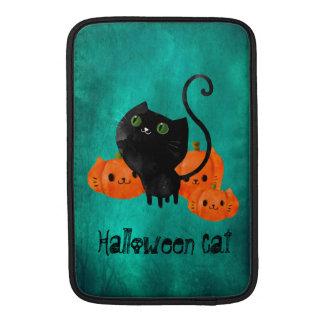 Gato lindo de Halloween con las calabazas Fundas MacBook