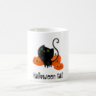 Gato lindo de Halloween con las calabazas Taza Básica Blanca