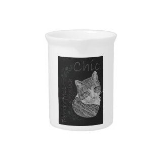 Gato lindo de la tiza con la cabeza inclinada jarra para bebida