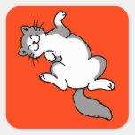 gato lindo del blanco gris que miente encendido de pegatina cuadradas