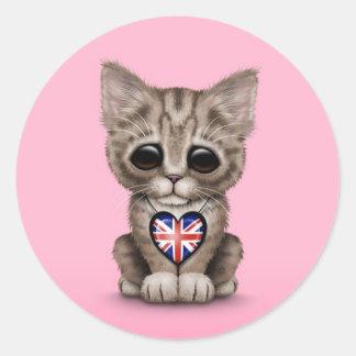 Gato lindo del gatito con el corazón británico de pegatina redonda