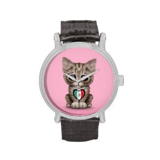 Gato lindo del gatito con el corazón de la bandera relojes de pulsera