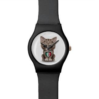 Gato lindo del gatito con el corazón de la bandera relojes de mano