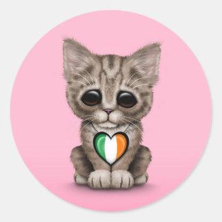 Gato lindo del gatito con el corazón irlandés de l pegatina redonda