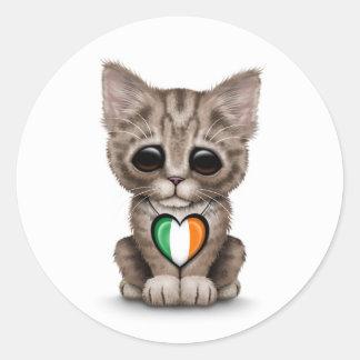 Gato lindo del gatito con el corazón irlandés de l pegatinas redondas
