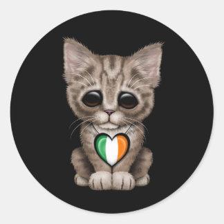 Gato lindo del gatito con el corazón irlandés de l etiquetas redondas