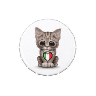 Gato lindo del gatito con el corazón italiano de l frascos de dulces