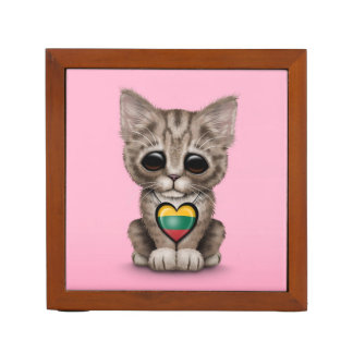 Gato lindo del gatito con el corazón lituano de la