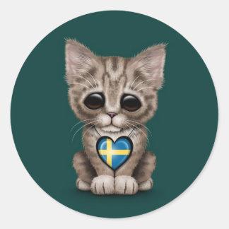 Gato lindo del gatito con el corazón sueco de la b etiqueta redonda