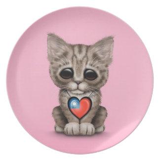 Gato lindo del gatito con el corazón taiwanés de l plato de cena