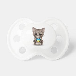Gato lindo del gatito con el corazón ucraniano de  chupetes