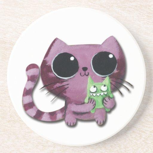 Gato lindo del gatito con el pequeño monstruo posavasos de arenisca