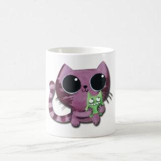Gato lindo del gatito con el pequeño monstruo taza de café