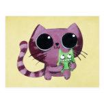 Gato lindo del gatito con el pequeño monstruo verd postal