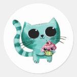 Gato lindo del gatito con la magdalena de Kawaii Pegatinas Redondas