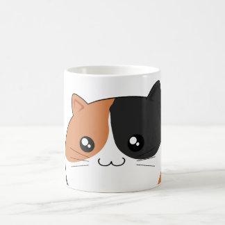 Gato lindo del gatito del calicó de Kawaii Taza Clásica