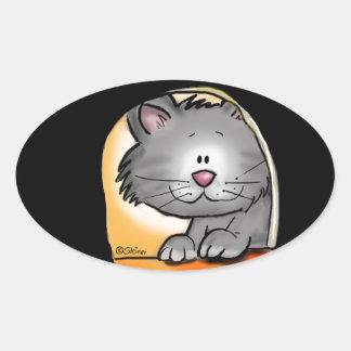 Gato lindo que mira en un agujero del ratón pegatina ovalada