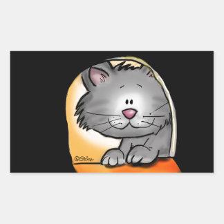 Gato lindo que mira en un agujero del ratón pegatina rectangular