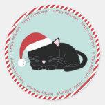 Gato Napping que lleva un gorra de Santa Pegatina Redonda