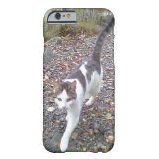 Gato negro blanco que camina funda de iPhone 6 barely there