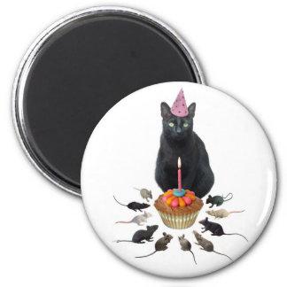Gato negro con cumpleaños de las ratas imán