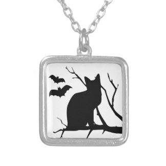 Gato negro con el collar de Halloween de los palos