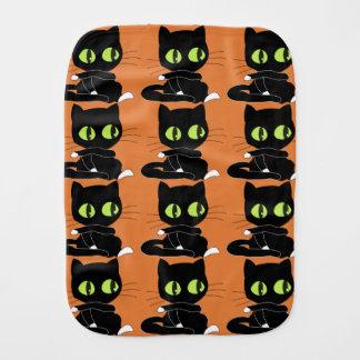 Gato negro con el fondo anaranjado paños para bebé
