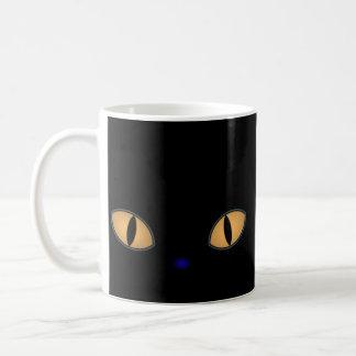 Gato negro con los ojos anaranjados grandes taza de café