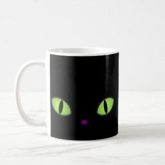 Gato negro con los ojos verdes grandes taza clásica