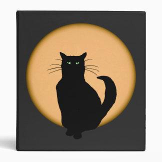 Gato negro contra la carpeta de levantamiento de l