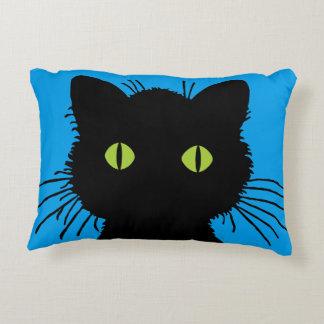 Gato negro curioso con los ojos verdes grandes