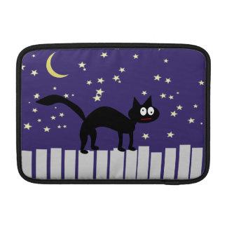Gato negro de Halloween en la cerca Funda MacBook
