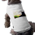 Gato negro de la parte posterior que mira hacia fu camisas de perritos