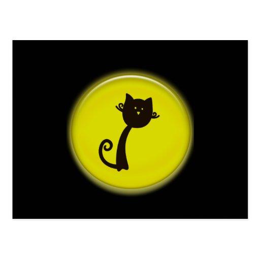 Gato negro del dibujo animado lindo en círculo postal