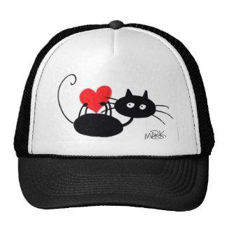 Gato negro del dibujo animado y corazón rojo gorra