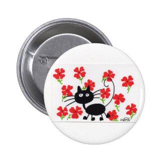 Gato negro del dibujo animado y flores rojas pin