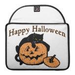 Gato negro del feliz Halloween en la calabaza Fundas Macbook Pro