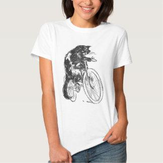 Gato negro del vintage en la bicicleta remera
